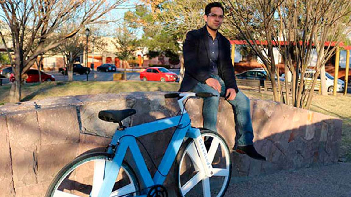 Alberto González, creador de la bicicleta hecha con papel reciclado. Foto: Noticias Tec.