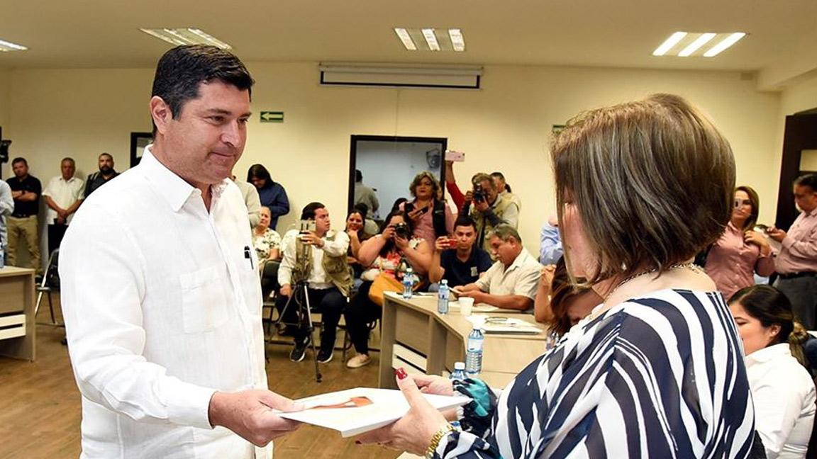 EN AHOME BILLY CHAPMAN PRESENTA EL PLAN MUNICIPAL DE DESARROLLO.