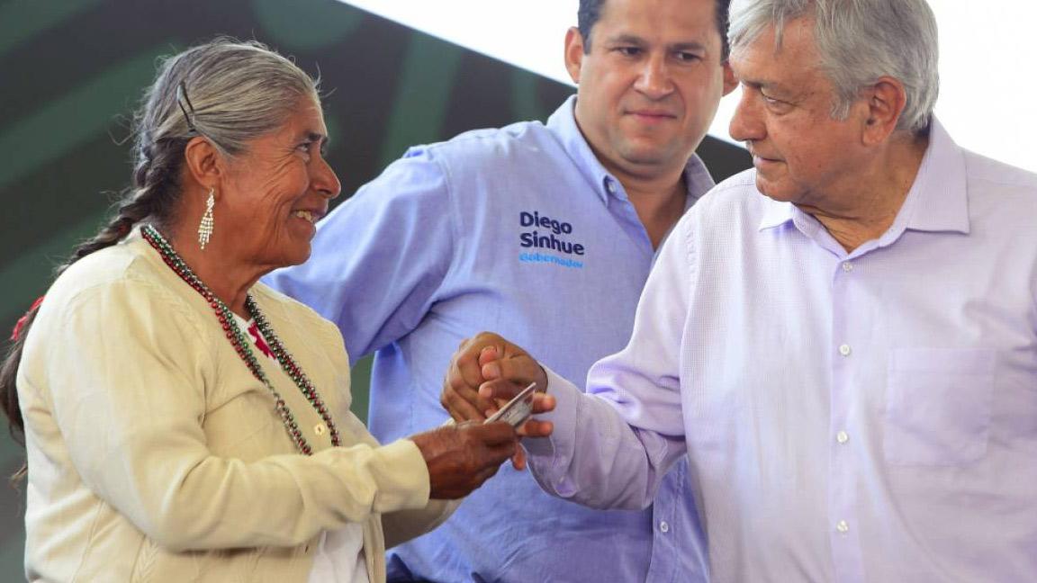 CON APLAUSOS AMLO DESPIDE A MARINOS FALLECIDOS EN QUERÉTARO.