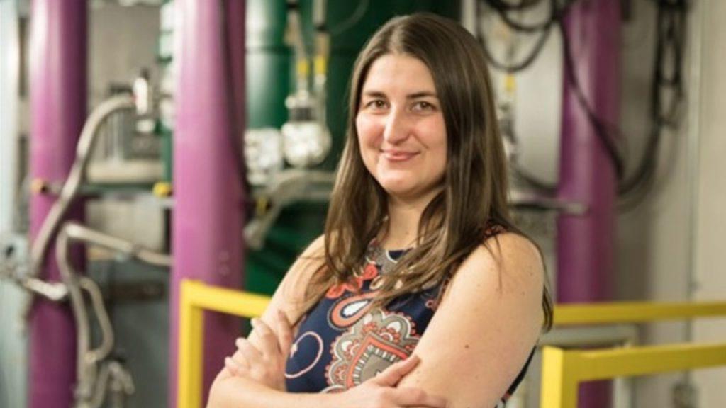 Leah Broussard trabajando en el Laboratorio Nacional Oak Ridge / Laboratorio Nacional Oak Ridge
